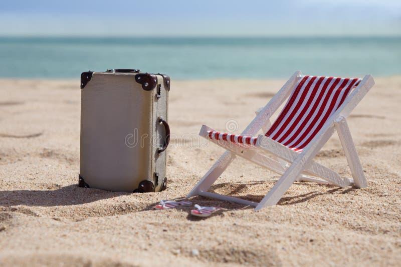 Deckchair med resväskan arkivfoto