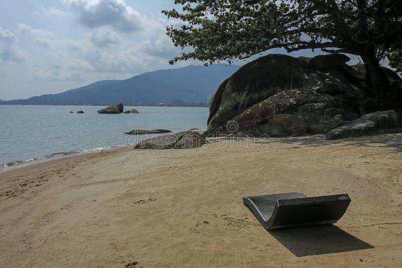 Deckchair på en tropisk strand på den Koh Samui ön, Thailand arkivbilder