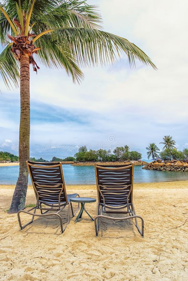 Deckchair på stranden royaltyfri foto