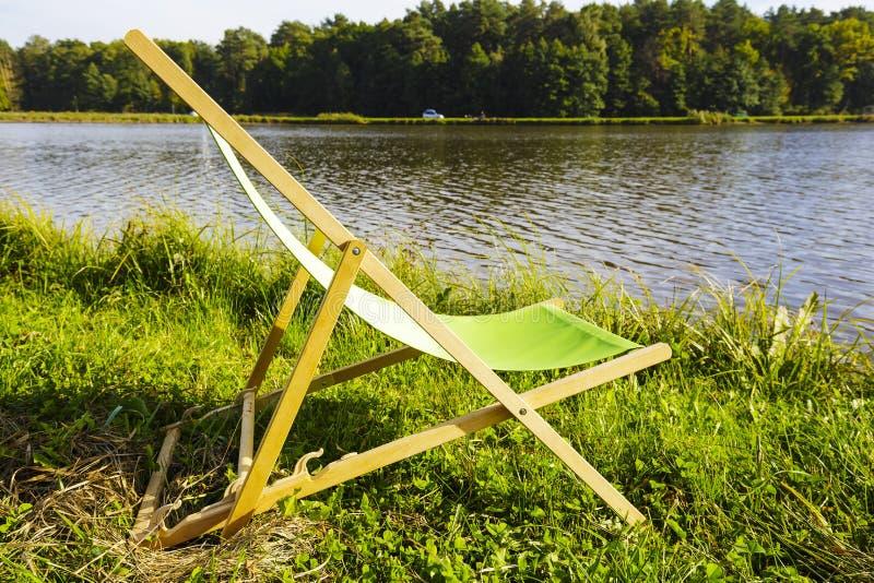 Deckchair am See lizenzfreie stockfotos