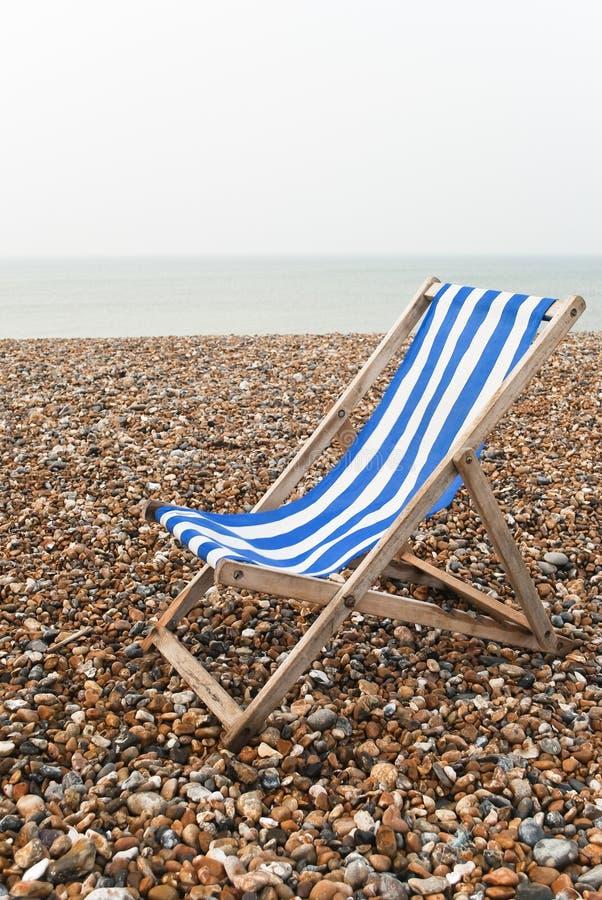Deckchair solitário - dia cinzento - vertical fotos de stock royalty free