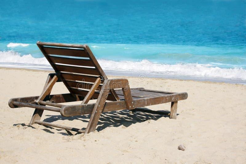 Deckchair sulla spiaggia immagini stock