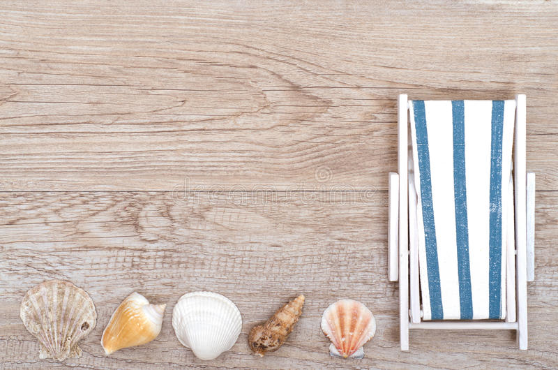 Deckchair und Seeoberteile auf Holz stockbild