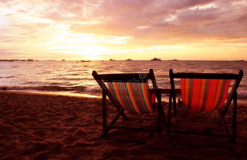 deckchairs ηλιοβασίλεμα στοκ εικόνα