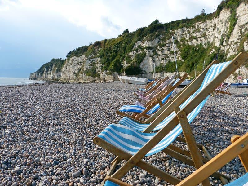 Deckchairs на пляже пива стоковая фотография rf