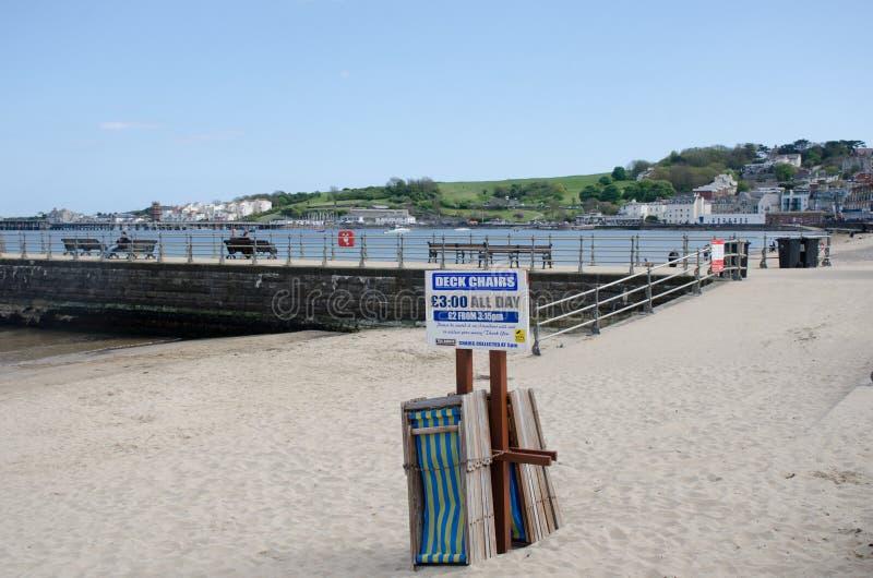 Deckchairs dla dzierżawienia na plaży obraz stock