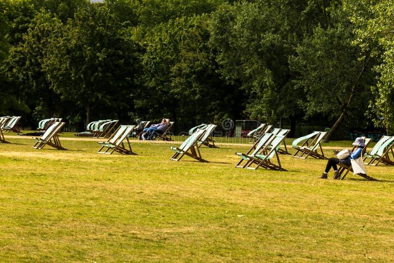 Deckchairs dla dzierżawienia w Hyde parku westminster Londyn england zdjęcia stock
