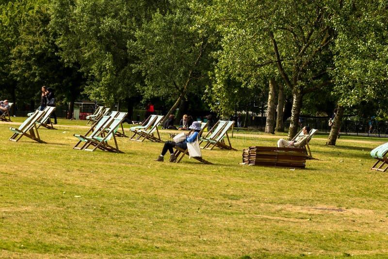 Deckchairs dla dzierżawienia w Hyde parku westminster Londyn england obrazy stock