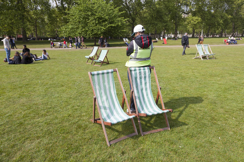 Deckchairs dla dzierżawienia w st James ` s parku w London zdjęcie stock