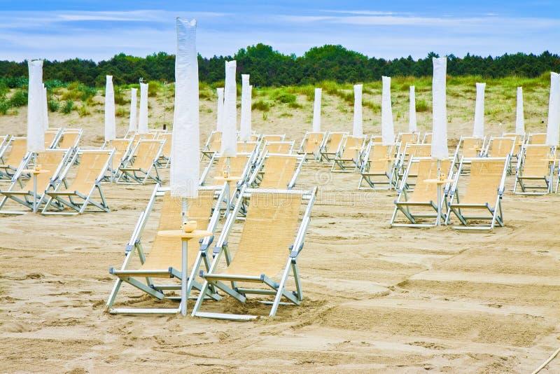 Deckchairs in een Italiaanse kust met zandduinen op de achtergrond royalty-vrije stock fotografie