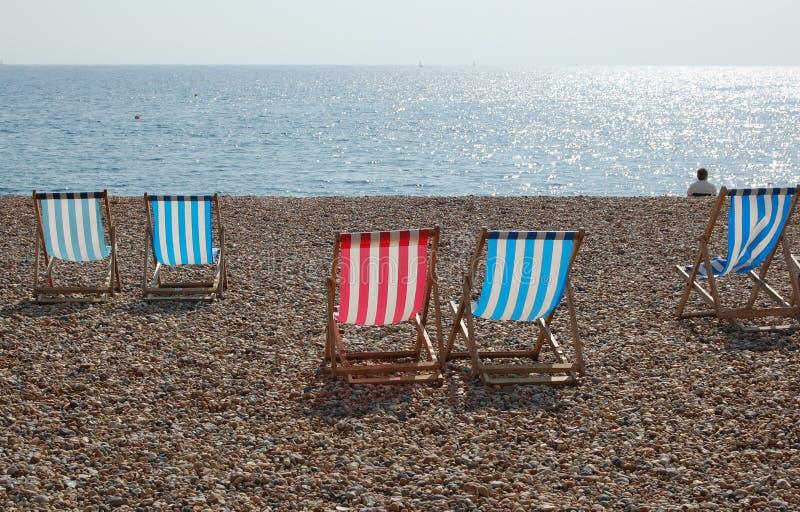 Deckchairs en la playa de Brighton foto de archivo