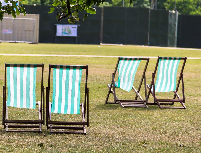 Deckchairs för hyra i Hyde Park westminster London england royaltyfria bilder