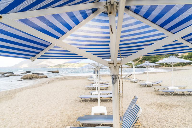 Deckchairs i parasols fotografia stock