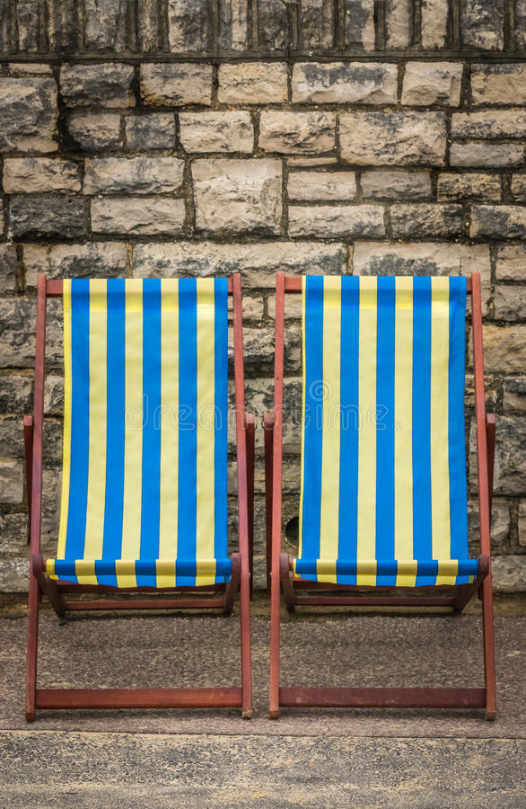 Deckchairs i sjösidastad royaltyfri fotografi