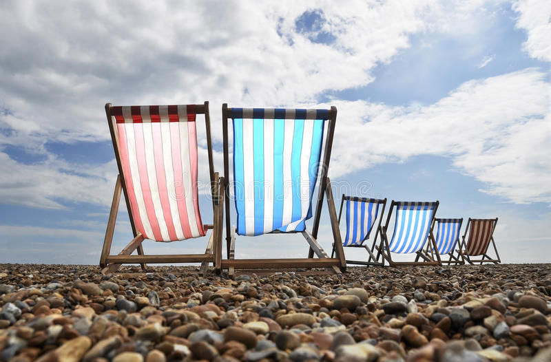 Deckchairs na praia de Brigghton fotos de stock