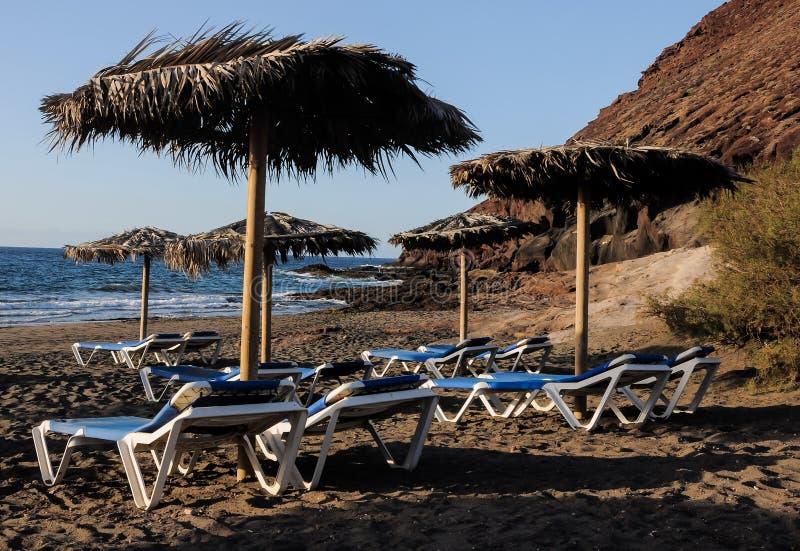Deckchairs op een Eenzaam Woestijnstrand royalty-vrije stock fotografie