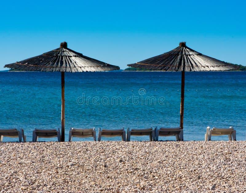 deckchairs plażowi parasole zdjęcia royalty free