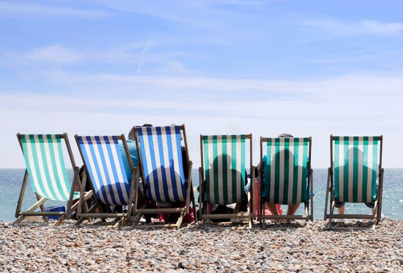 Deckchairs sur la plage de Worthing images stock