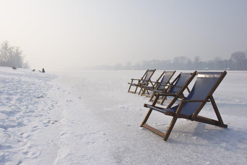 Deckchairs vacíos en el lago congelado foto de archivo libre de regalías