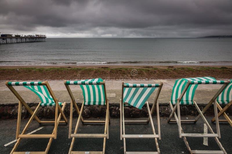 Deckchairs w nadmorski miasteczku fotografia stock
