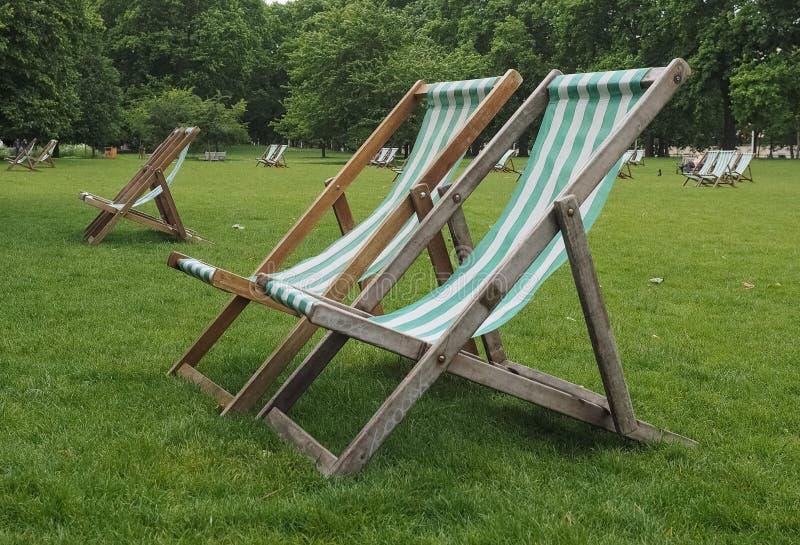 Deckchairs w parku obrazy royalty free