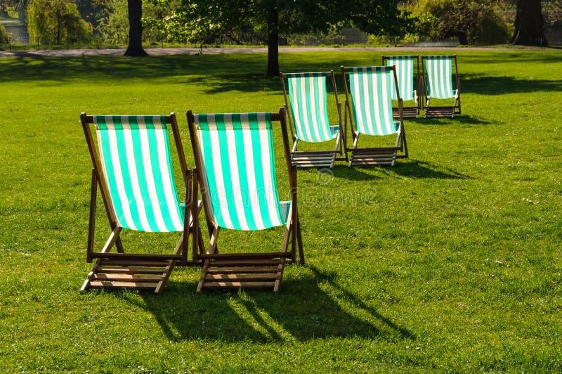 Deckchairs w parku zdjęcie royalty free