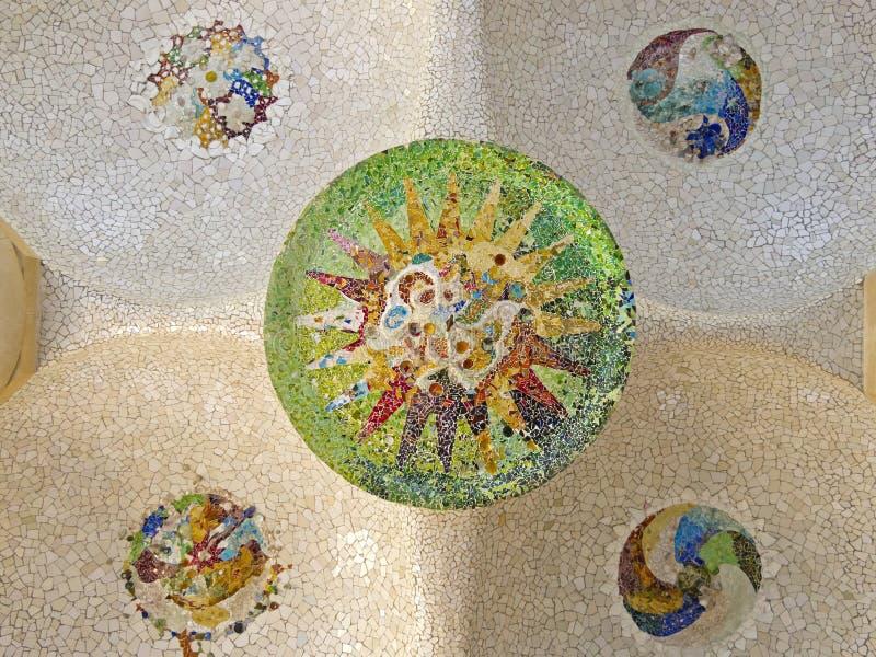 Decke mit Mosaiksonne des Parks Guell stockbild