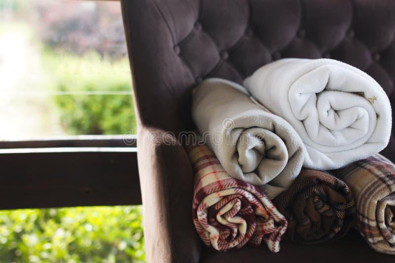 Decken auf einem Lehnsessel stockbild