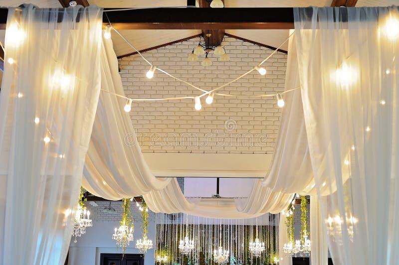 Decken-Dekor mit Tulle und eklektischen Leuchtern stockbild