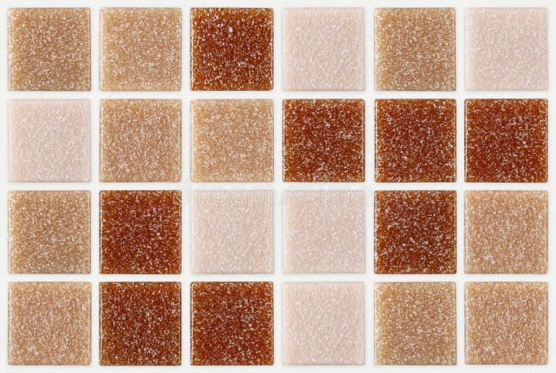 Decken Sie das Mosaikquadrat mit ziegeln, das mit rotem rosa Beschaffenheitshintergrund des Funkelns verziert wird stockfotografie