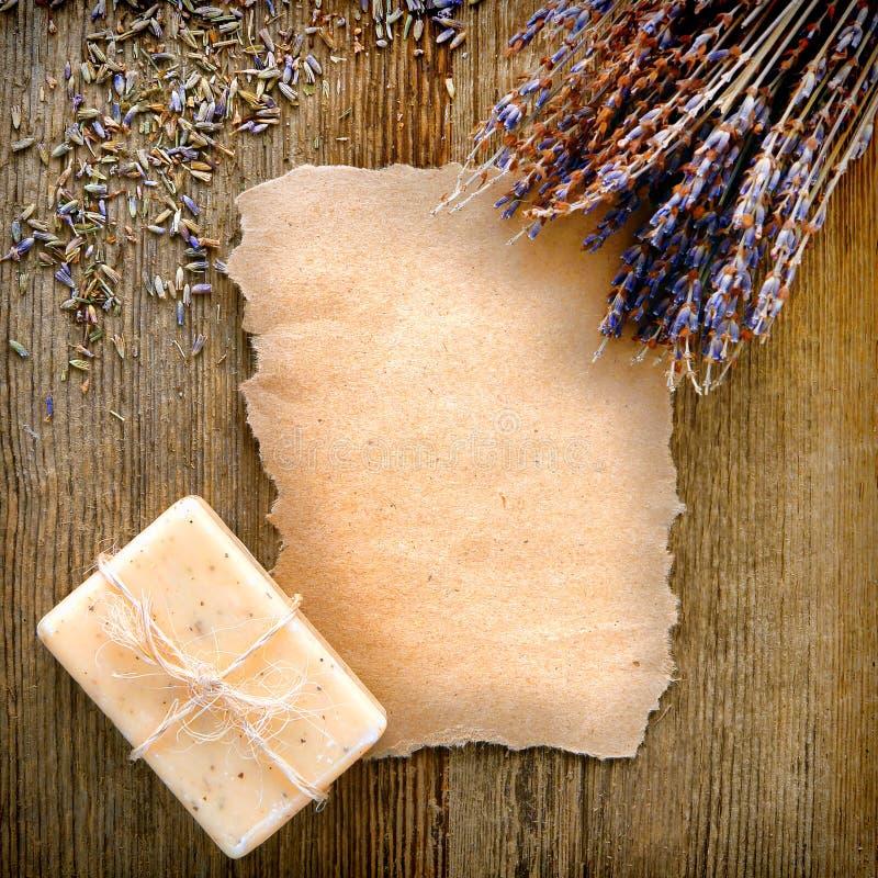 Decken Sie heftiges Papier mit Lavendel-Blumen und Seife ab stockfotos