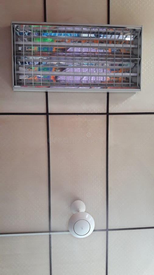 Deckenlüfter und Glühlampe lizenzfreies stockfoto