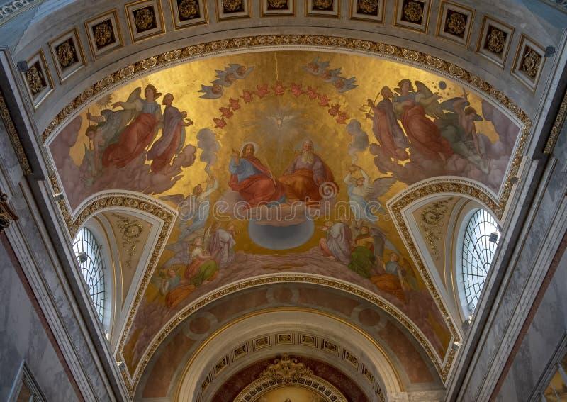 Deckenmalerei der Heiligen Dreifaltigkeit über dem hohen Altar innerhalb der Esztergom-Basilika, Ungarn stockbild