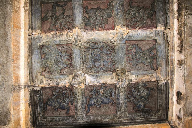 Deckenskulptur im offenen mandapa, die Wächter zu den acht Richtungen darstellend, ashtadikpalaka Panchakuta Basadi, Kambadahall lizenzfreies stockbild