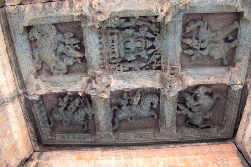 Deckenskulptur im offenen mandapa, die Wächter zu den acht Richtungen darstellend, ashtadikpalaka Panchakuta Basadi, Kambadahall stockfotos