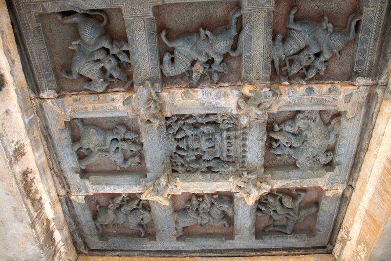 Deckenskulptur im offenen mandapa, die Wächter zu den acht Richtungen darstellend, ashtadikpalaka Panchakuta Basadi, Kambadahall stockfotografie