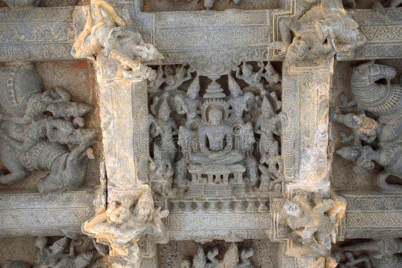 Deckenskulptur im offenen mandapa, die Wächter zu den acht Richtungen darstellend, ashtadikpalaka Panchakuta Basadi, Kambadahall stockbilder