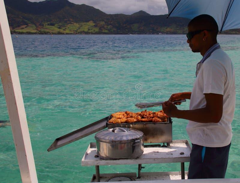 Deckhand het koken op een jacht stock fotografie