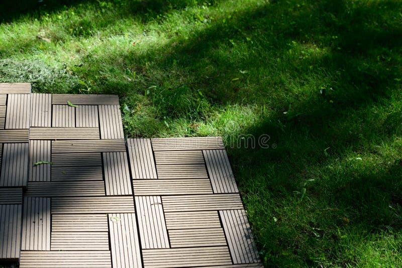 Decking auf einem Rasen stockfotografie