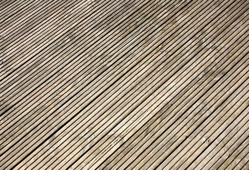 Decking de madera acanalado del jardín. imagenes de archivo