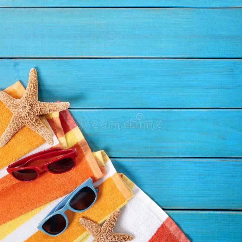 Decking de madera azul de la escena del fondo de la playa del verano fotos de archivo libres de regalías