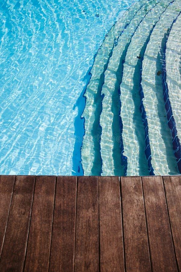 Decking de madera de lujo del poolside imagenes de archivo