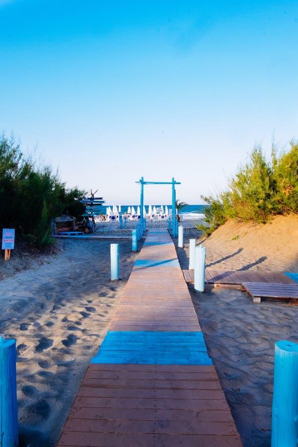 Decking de madera para el camino al mar, en la playa cerca de la barra de la playa arco en la entrada al mar imágenes de archivo libres de regalías