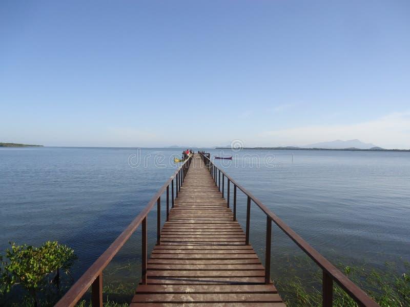 Decking de madera para la reflexión del mar foto de archivo