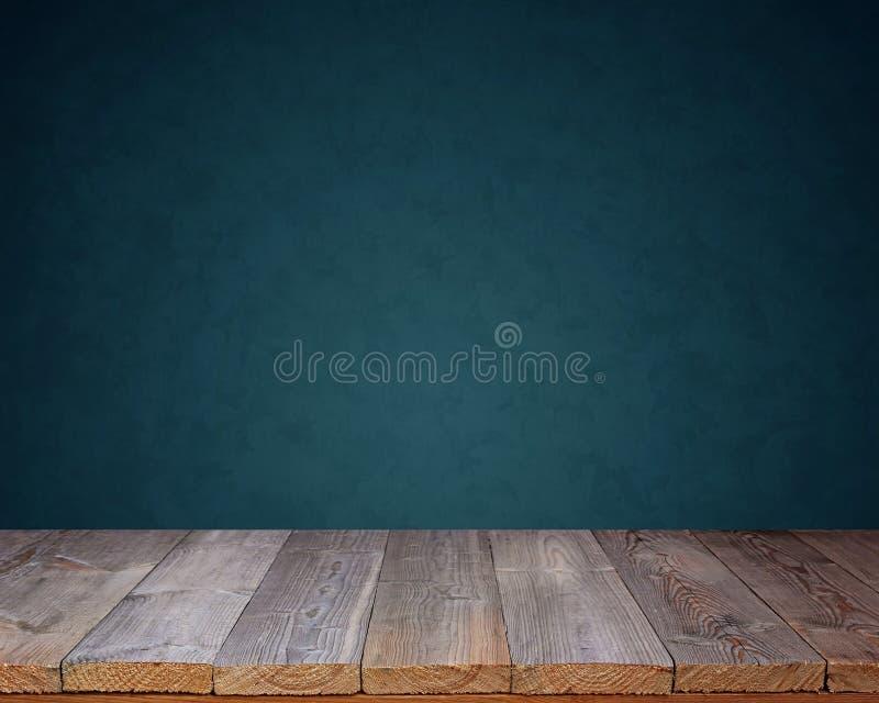 Decking di legno vuoto su un fondo blu fotografia stock libera da diritti