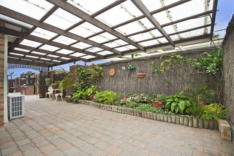 Decking e giardino immagini stock