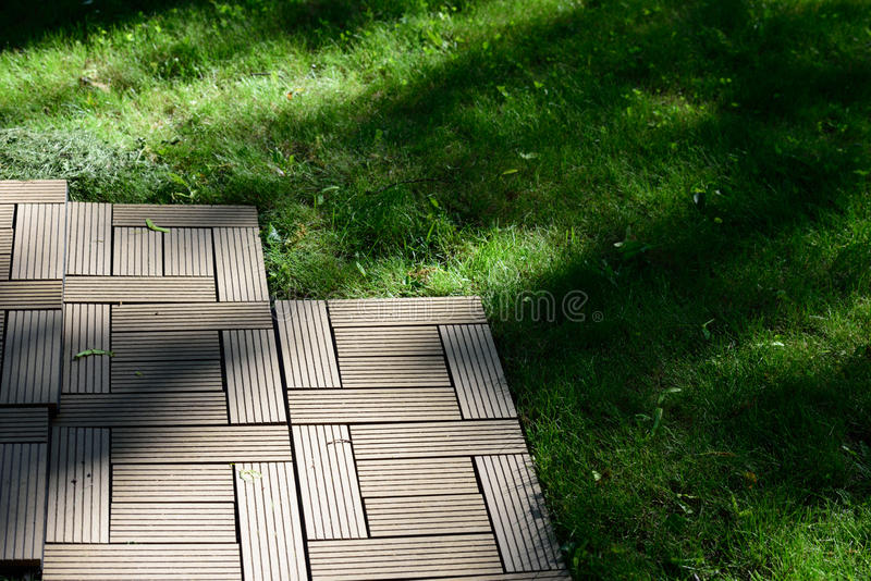 Decking sur une pelouse photographie stock