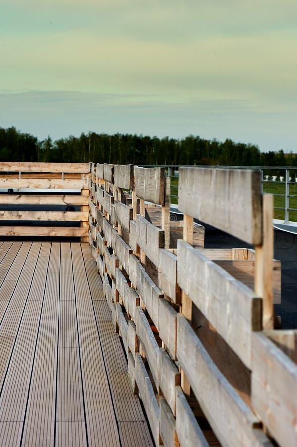 Decking y cerca en un tejado plano, contra el cielo, el bosque y el campo fotos de archivo libres de regalías