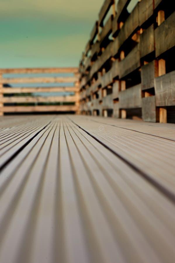 Decking y cerca en un tejado plano, contra el cielo, el bosque y el campo fotografía de archivo libre de regalías