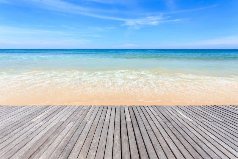 Decking y vista de madera del fondo tropical de la playa imagen de archivo libre de regalías